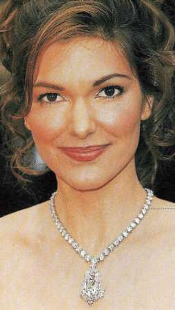 Actress Laura Harring, wearing a diamond necklace at the Oscars 2002 with the Archduke Joseph Diamond as pendant