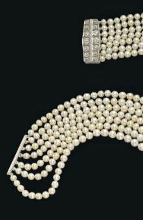 Bar-clasp of the seven-strand pearl necklace