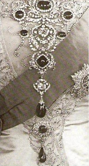 delhi-durbar-stomacher-incorporating-cullinan-v-and-viii-brooches