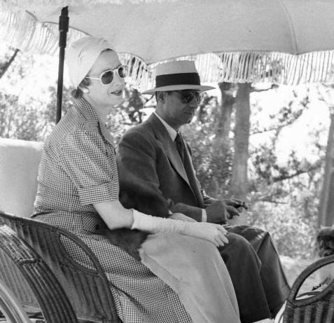 Elena Lupescu riding a carriage with Carol in Bermuda in 1941. Here too she appears to be wearing the same pair of pearl drop earrings