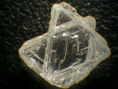 Flat triangular diamond macles