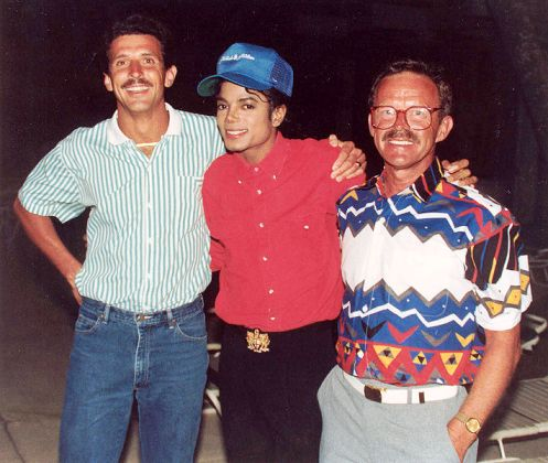 Michael Jackson with two of his fans at the Kahala Hilton Hotel in late January 1988 two years after he was diagnosed with vitiligo