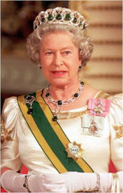 more-recent-occasion-queen-elizabeth-is-seen-wearing-the-vladimir-tiara-delhi-durbar-necklace-combination