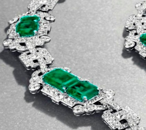 hexagonal-shaped-motifs-in-the-middle-of-the-necklace