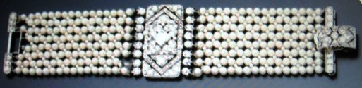 Pearl bracelet with rectangular centerpiece studded with diamonds