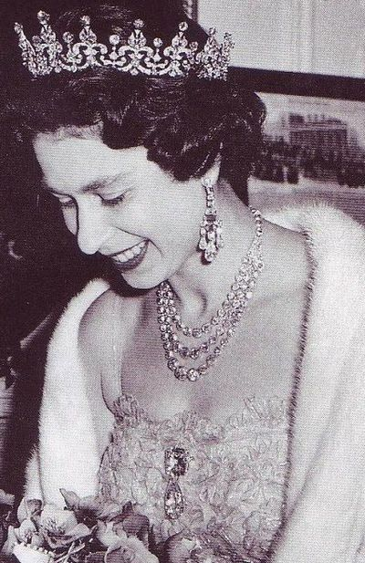 queen-elizabeth-wearing-the-cullinan-iii-and-iv-pendant-brooch
