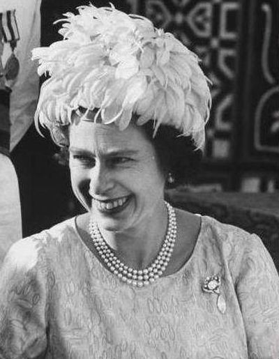 queen-elizabeth-wearing-the-cullinan-vi-and-viii-brooch-during-an-official-visit-to-sudan