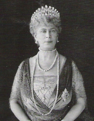 Queen Mary wearing the 1913 version of the Cambridge Lovers Knot Tiara, with the pearl spikes intact.