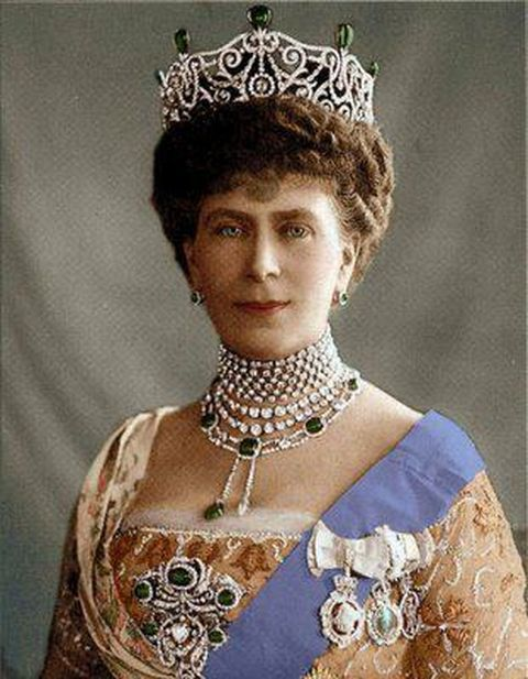 queen-mary-wearing-the-delhi-durbar-necklace-and-other-components-of-the-parure