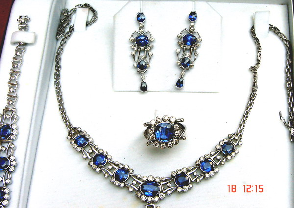 Complete jewelry set with four components, made up of large high quality Ceylon (Sri Lanka) blue sapphires and diamonds, all set in 18ct white gold.
