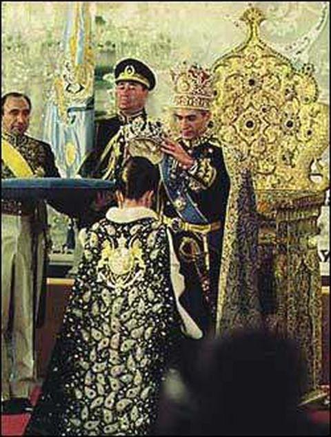 shah-mohammed-reza-pahlavi-crowning-fara-diba-as-shabanoo