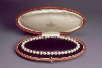 Marilyn Monroe received the pearl necklace as a honeymoon gift from her husband Joe DiMaggio,