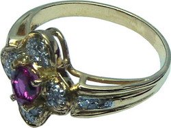 Flower shaped ring with a Ceylon(Sri Lanka)Pink Sapphire and diamonds set in 18k gold.